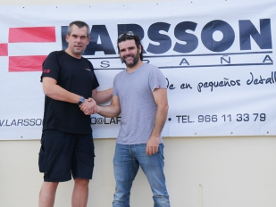 Larsson apoya al aventurero Charly Sinewan