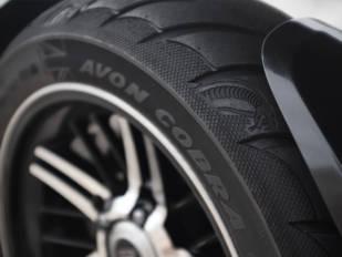 La gama Rocket 3 de Triumph se equipa con los neumáticos Cobra Chrome de Avon