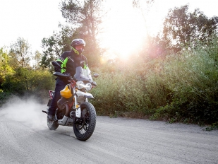 Moto Guzzi V85TT: Personalidad propia