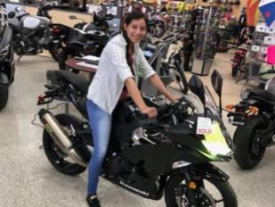Un concesionario Kawasaki regala una Ninja 400 a una sanitaria a la que le habían robado la suya