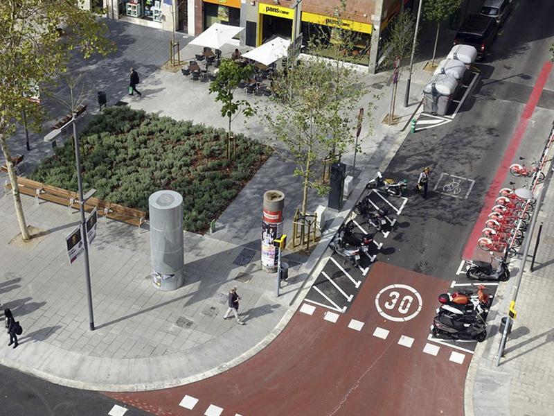 El plan de movilidad que ha avanzado el Ayuntamiento de Barcelona plantea reducir el aparcamiento de las motos en la acera