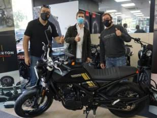 Alfonso de Gonzalo recibe la Crossfire 500 sorteada por Brixton Motorcycles