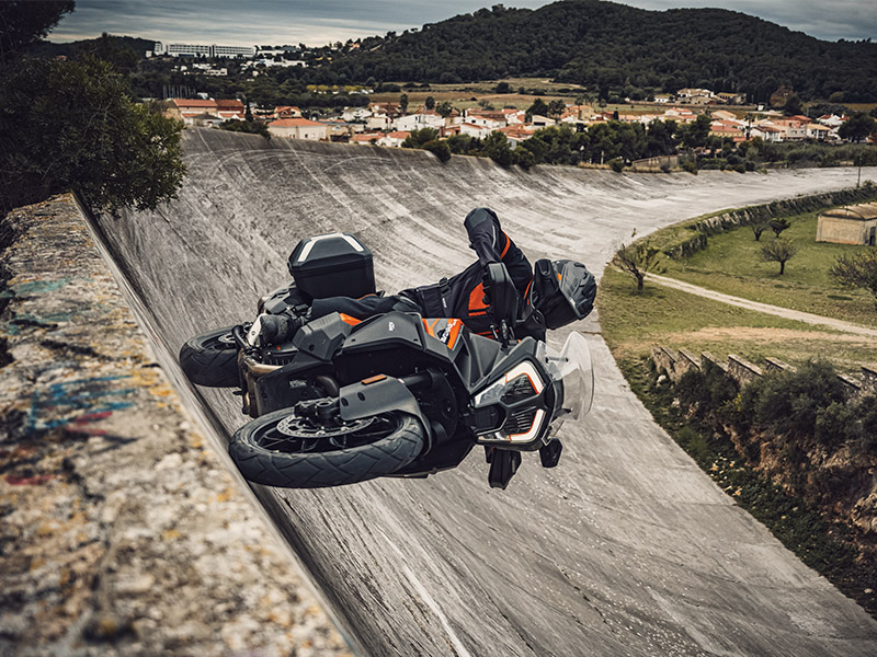 La KTM 1290 Super Adventure S 2021 monta los neumáticos Mitas Terra Force-R