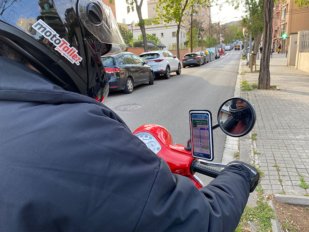 ¿Miedo a que se te caiga el móvil de la moto? Probamos un soporte infalible